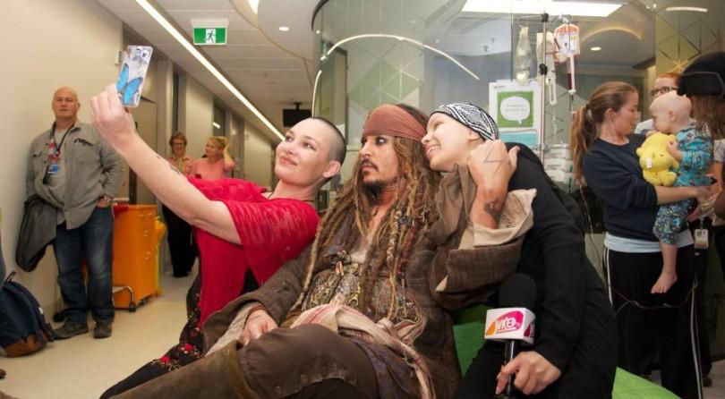 Johnny Depp hace una visita 'pirata' a un hospital infantil