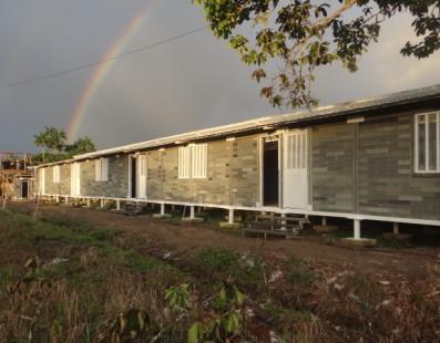 Colombianos crean casas con ladrillos de plástico reciclado